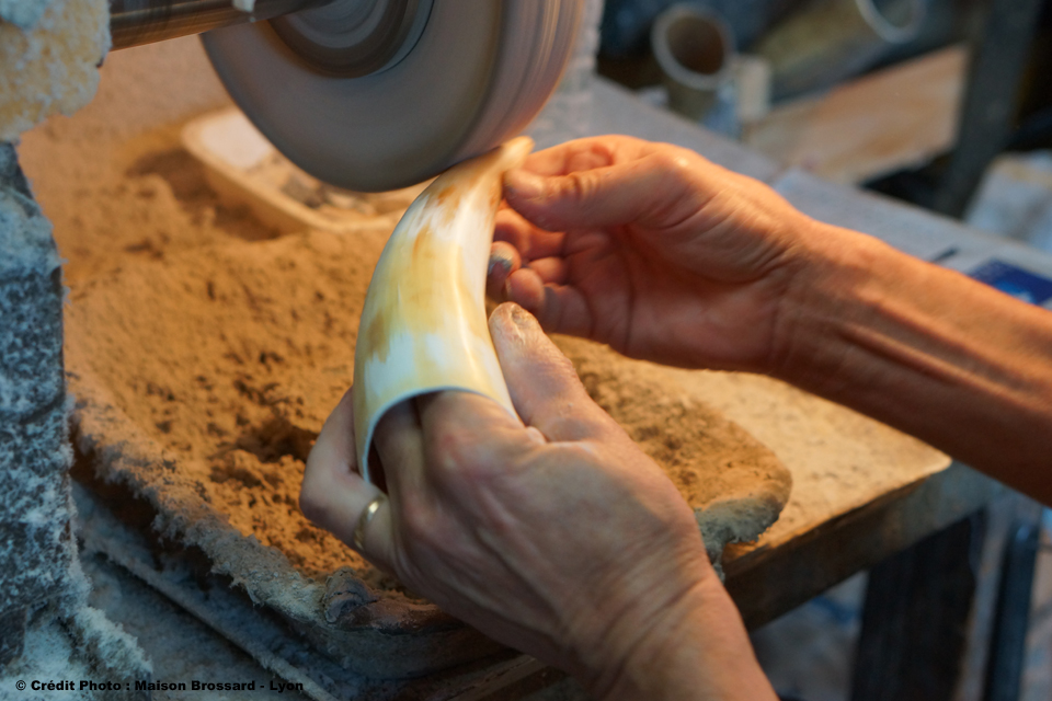 Travail main de la corne naturelle