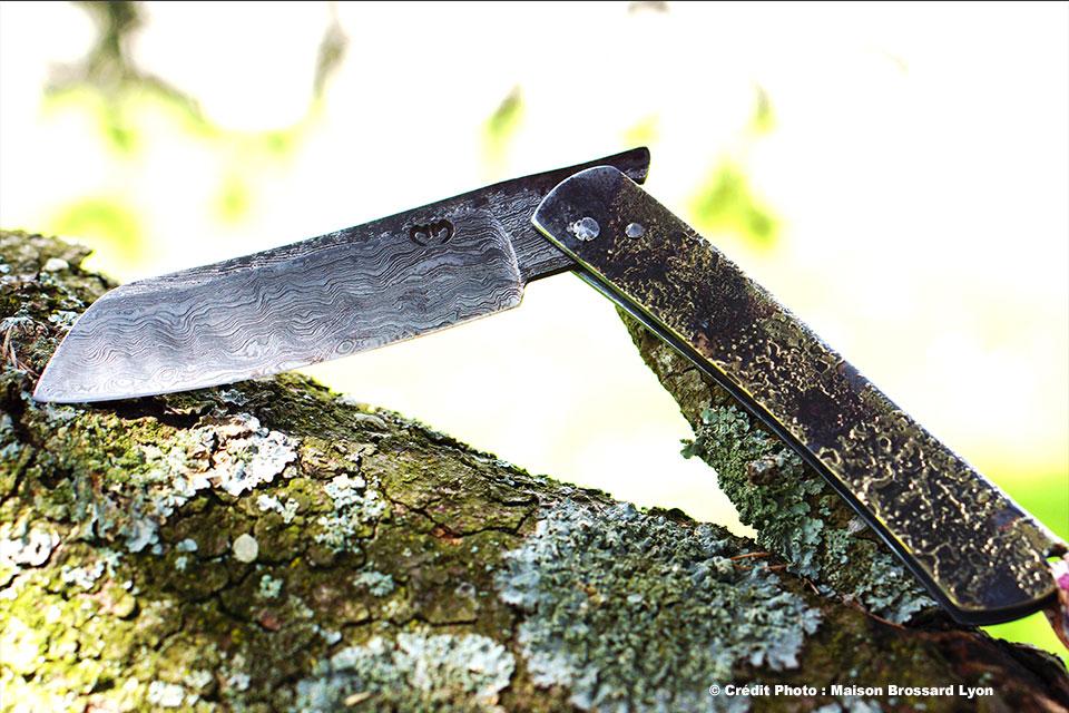 Mickael-Moing-Higonokami-Manche-fer-et-laiton-Lame-Damas-carbone-slid