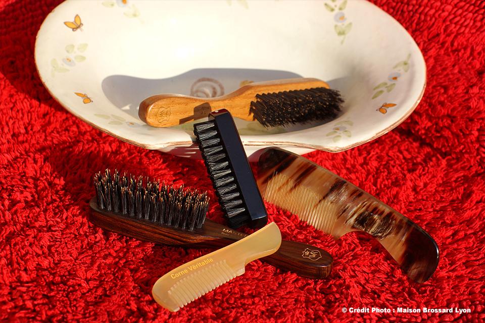 Peignes et brosses à barbe . Corne véritable et poils en sanglier