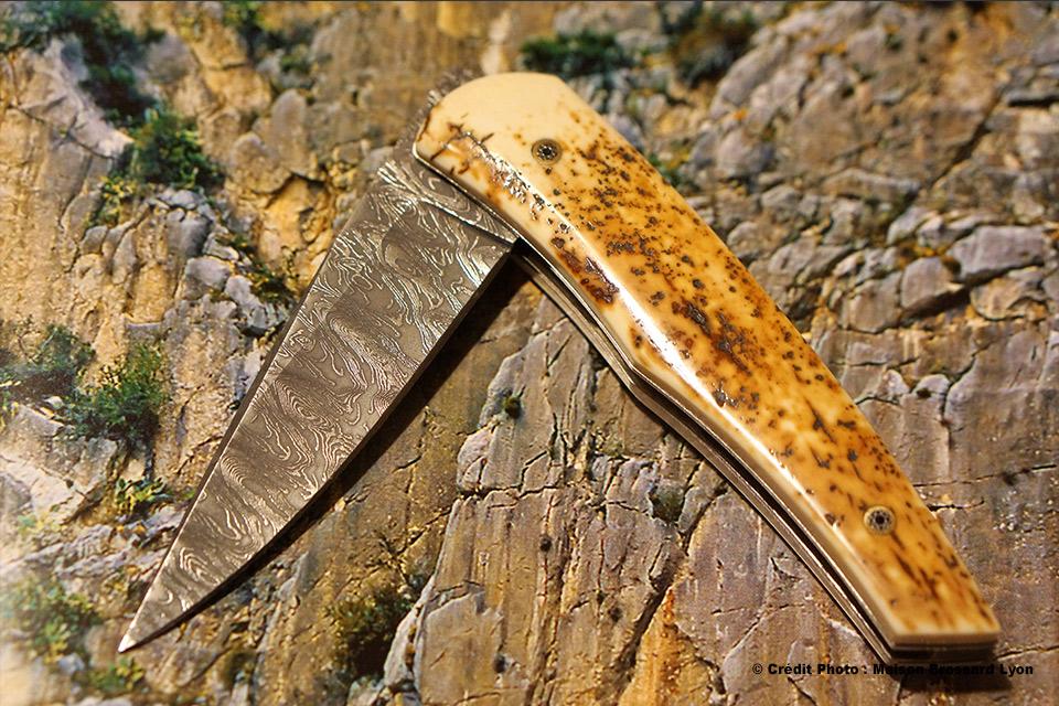 A.J. CHOMILIER. Manche en ivoire de mammouth craquelé. Lame Damas carbone de Mike Norris. Platines titane