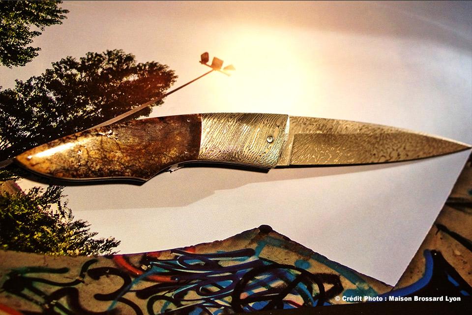 A.J. CHOMILIER. Manche en os de mammouth stabilisé. Lame et Mitres en Damas carbone de Davis Thomas . Platines titane