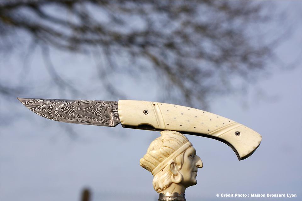 Manu LAPLACE-Manche en os de renne clouté dit inuit. Lame en damas inox 288 couches