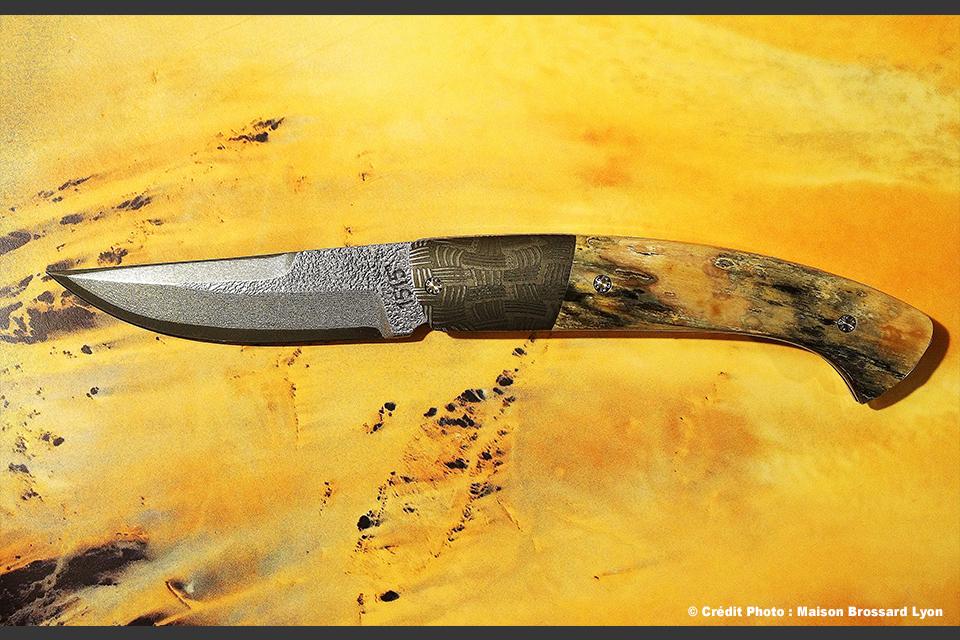 Manu LAPLACE-Manche ivoire de Mammouth environ 20 000 ans. Acier San Mai piqueté
