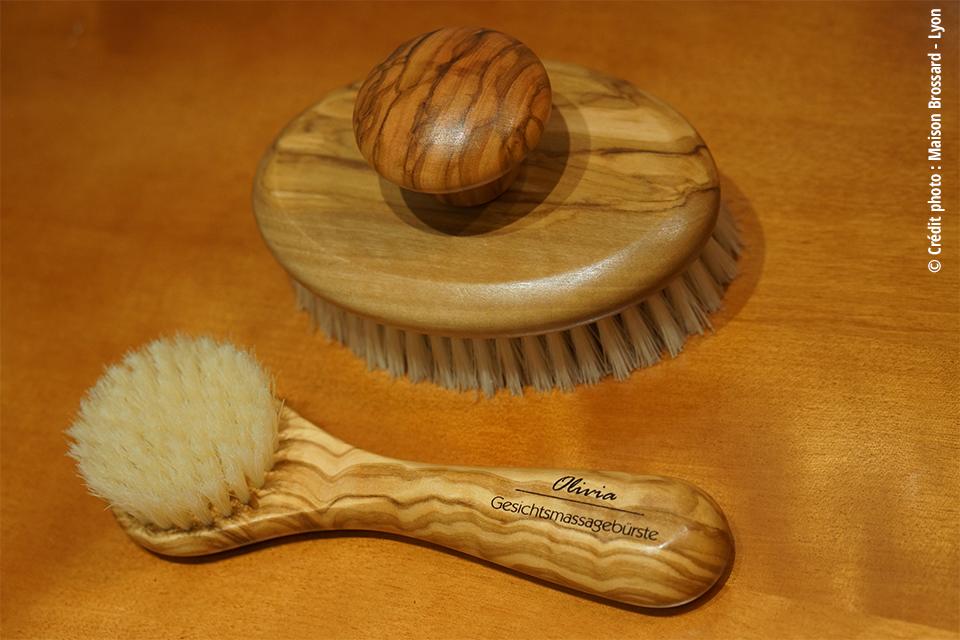 Brosses Visage et Massage Pures Soies. Brosse massage 39€ / Brosse visage 18€