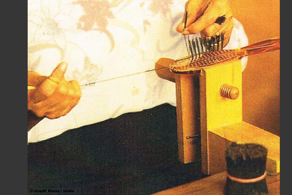 Travail montage main brosse artisanale