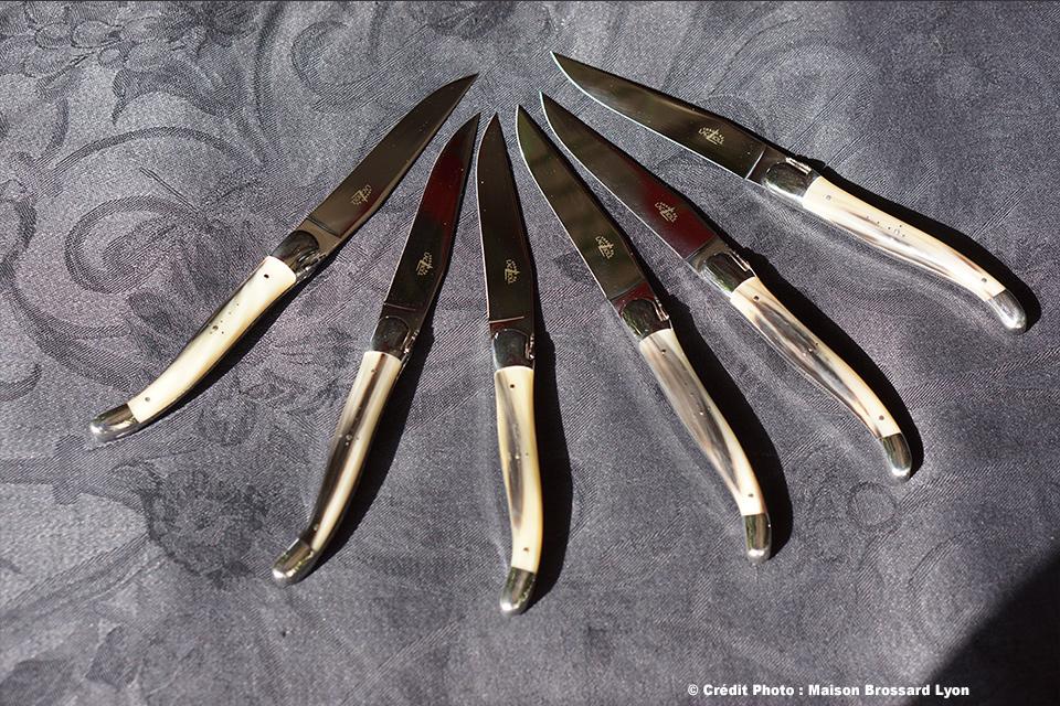 Couteaux de table. Pointe de corne. Forge de Laguiole. 580€ les 6.