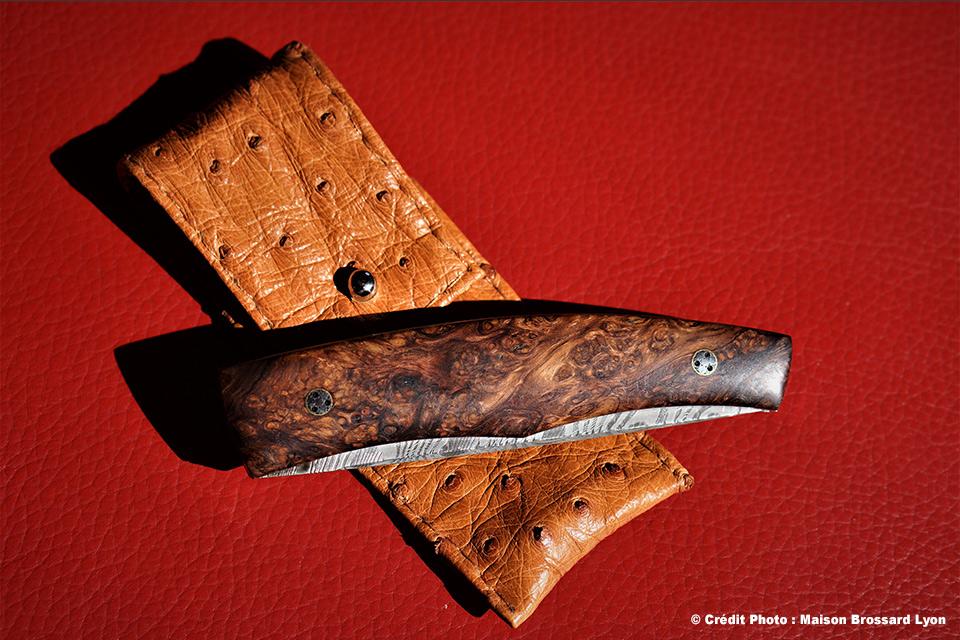 A&J Chomilier. Lame Damas composite artisanal inox et carbone (Mike Norris). Manche loupe de palissandre. Étui autruche. 1140 €