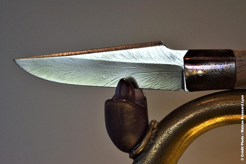 Eric Depeyre. Coutelier d'art. Lame Damas carbone plume d'oiseau (D. Vally). Mitre Damas (P. Ricard). Manche mammouth. 2280 €