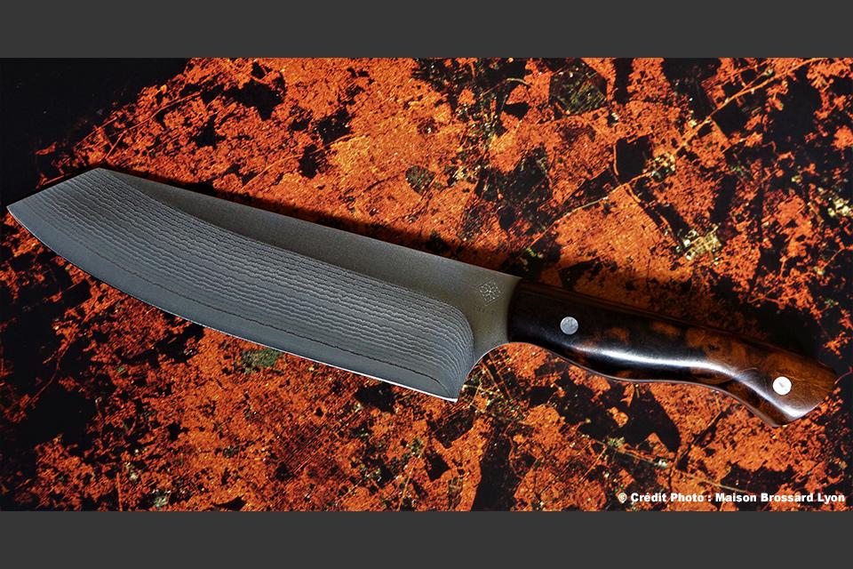 Kleos Thiers Artisan Coutelier Éminceur forme Bunka. Loupe de bois de fer d'Arizona. Rivets avec insert nacre. Acier Damas 67 couches sur VG10. 61HCR. 510 €