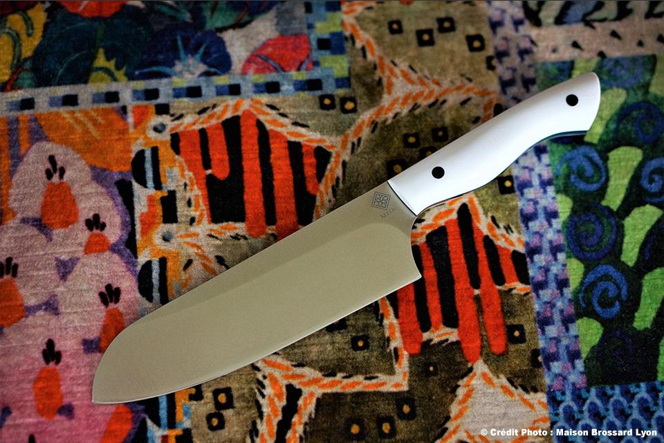 Kleos Thiers Artisan Coutelier Éminceur forme Santoku. G10 blanc avec intercalaires et inserts G10 noir. Acier Alenox. 58HCR. 280 €