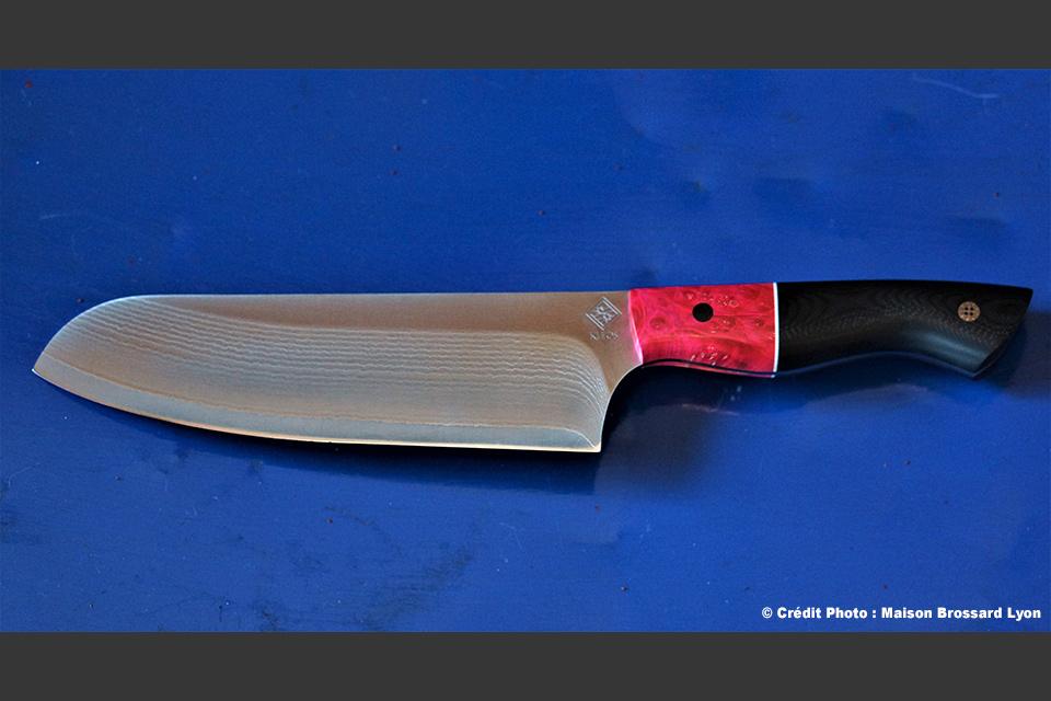 Kleos Thiers Artisan Coutelier Éminceur forme santoku. G 10 noir et érable stabilisé teinté. Rivets mosaique et carbone. Acier Damas 67 couches sur VG10. 61 HCR. 450 €